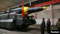 김정은 북한 국무위원장이 지난 5월 중장거리탄도미사일 '화성-12'의 시험발사를 참관했다.