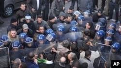 要求进行政治改革的示威者在阿尔及尔与警察对峙