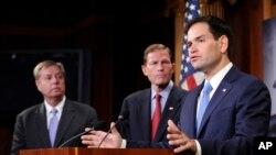 រូបឯកសារ៖ លោក លីនស៊ី ហ្ក្រែម (Lindsey Graham) នៃគណបក្សសាធារណរដ្ឋ លោក Richard Blumenthal នៃគណបក្សប្រជាធិបតេយ្យនិងលោក ម៉ាកូ រូប៊ីអូ (Marco Rubio) នៃគណបក្សសាធារណរដ្ឋ ថ្លែងនៅរដ្ឋសភាក្នុងរដ្ឋធានីវ៉ាស៊ីនតោនកាលពីថ្ងៃទី២៤ ខែ កក្កដា ឆ្នាំ២០១៤។ (រូបថត AP)