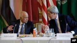 جان کری، وزیر خارجه آمریکا (راست) در کنار نبیل العربی(چپ) دبیر کل اتحادیه عرب