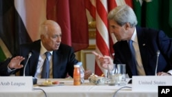 8일, 프랑스 파리에서 열린 아랍연맹 장관 회의에 참석한 존 케리 미 국무장관이 나빌 엘라라비 아랍연맹 사무총장과 대화를 나누고 있다.