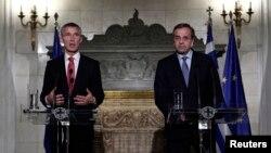 Generalni sekretar NATO-a Jens Stoltenberg i grčki premijer Antonis Samaras na konferenciji za novinare u Atini