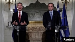 北约新任秘书长斯托尔滕贝格(Jens Stoltenberg,左)和希腊总理安东尼斯•萨马拉斯(Antonis Samaras)在记者会上(2014年10月30日)