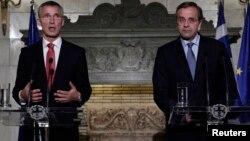 Sekjen NATO Jens Stoltenberg (kiri) dan PM Yunani Antonis Samaras memberikan keterangan pers di Athena, Kamis (30/10).