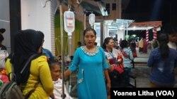 Suasana di RSUD Poso, Sulawesi Tengah kurang dari satu jam setelah gempa 6,9 mengguncang. Pasien yang tengah dirawat, segera diungsikan ke selasar rumah sakit karena panik (Foto courtesy : VOA/Yoanes Litha-Poso).