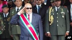 En esta foto de archivo del 12 de agosto de 2015, el presidente de Surinam, Desire Delano Bouterse, saluda durante un desfile militar, después de haber jurado su segundo mandato, en Paramaribo.