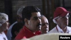 지난 4일 커피 공장을 방문한 마두로 부통령.