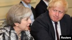 지난 2017년 6월 테레사 메이 영국 총리(왼쪽)가 주재한 내각회의에 보리스 존슨 당시 외무장관이 참석했다.