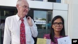 2014年4月泰国南部普吉岛的一家英语新闻网站的主编莫里森及其泰国同事楚提马走出法院。