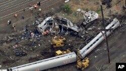13일 미국 필라델피아 시 열차 탈선 사고 현장에서 긴급 구조팀이 작업 중이다.