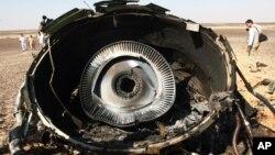러시아 여객기가 추락한 이집트 하사나의 사고 현장에 1일 여객기 엔진 잔해가 놓여있다.