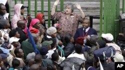 Mukuru mukuru webazi rezvekupinda kwevanhu muSouth Africa achitsanangurira zvizvarwa zveZimbabweans nezvekugadzirisa magwaro azvo
