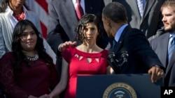 Karmel Allison, de vestido rosa en el momento en el que el presidente Obama la alcanza a sostener.