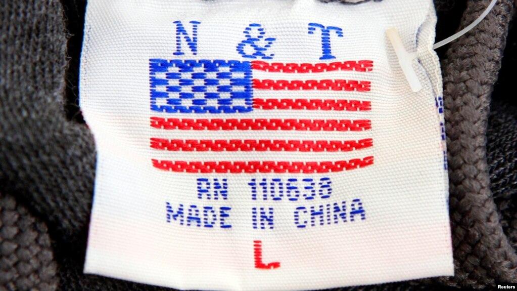 """美國首都華盛頓街頭小攤上出售的毛衣衣領處的標籤上有美國國旗圖案,但卻說明是""""中國製造""""。 (資料照片)"""
