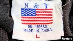 """美國首都華盛頓街頭小攤上出售的毛衣衣領處的標簽上有美國國旗圖案,但卻說明是""""中國製造""""。(資料照片)"""