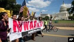 Manifestantes en frente del Capitolio en Washington. El presidente tiene una tarea dificil para convencer al público de la necesidad de atacar militarmente a Siria.
