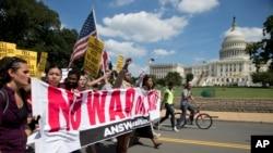 Biểu tình chống lại hành động quân sự của Mỹ ở Syria tại thủ đô Washington.