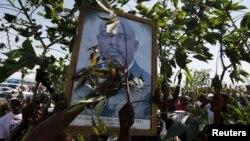 2015年5月15日支持者举着布隆迪总统皮埃尔·恩库伦齐扎的照片