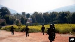 រូបភាពឯកសារ៖ ទាហានមីយ៉ាន់ម៉ាកាន់អាវុធយាមផ្លូវក្នុងប្រតិបត្តិការប្រឆាំងនឹងក្រុមឧទ្ទាមភាគតិចក្នុងតំបន់ Kokang ភាគឦសានរដ្ឋ Shan State ដែលមានចម្ងាយជាង ៨០០ គីឡូម៉ែត្រ ភាគឦសាននៃរដ្ឋធានី Yangon ប្រទេសមីយ៉ាន់ម៉ា។