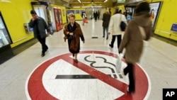 스페인 마드리드 지하도 바닥에 금연을 표시하는 그림이 붙어있다. (자료사진)