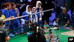 Tim robotika Afghanistan yang seluruhnya pelajar putri, saat ikut dalam lomba robotika internasional 'FIRST Global Challenge' di Washington DC hari Senin (17/7).