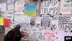 """洛杉矶的反川普标语墙,上面的标语""""12月19日,票投希拉里""""就是寄希望于选举团翻盘。其他标语有""""保持希望""""""""继续工作""""""""仇恨无法让美国伟大""""""""爱战胜恨""""(2016年11月12日)"""