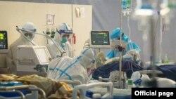 စစ္အာဏာမသိမ္းမီက COVID-19 ေရာဂါကုသေရးဌာန (သုဝဏၰ) ICU မွာ ကုသေပးေနတဲ့ က်န္းမာေရးဝန္ထမ္းမ်ား။ (ဒီဇင္ဘာ ၃၁၊ ၂၀၂၀။ ဓာတ္ပုံ - MOHS)