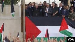 El presidente de la Autoridad Palestina, Mahmoud Abbas, en Ramallah, saluda a la multitud que se reunió para recibirlo en Cisjordania.