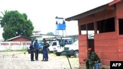 Ba policiers mpe basoda bazali kokengele bokoti na boloko ya Makala, na Kinshasa, 2 juillet 2013.