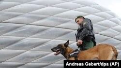 Münih'te Bundesliga ekiplerinden 1860 Munich ve St. Pauli'nin maç yapacağı Allianz Arena'da alınan güvenlik önlemleri arttırıldı.