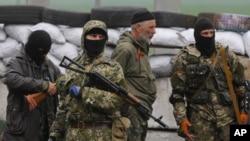Militan pro-Rusia memasang barikade dan menjaga gedung-gedung pemerintah di kota Slovyansk, Ukraina timur (30/4).