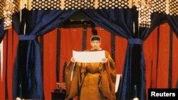 Kaisar Akihito membaca sumpah dalam rangkaian upacara penobatannya di atas singgasanaTakamikura, 12 November 1990. (Foto: dok).