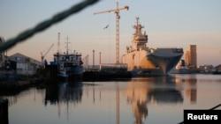 러시아가 프랑스에 주문한 미스트랄급 상륙함이 4일 프랑스 아틀란틱 항에 정박해있다.