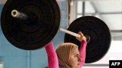 Hijobdagi shtangachi - og'ir atletika bilan shug'ullanadigan muslima