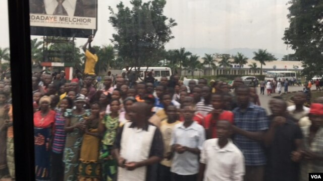 Hundreds of Burundi citizens line the road as the U.N. Security Council delegation arrived Jan. 21, 2016. (M. Besheer/VOA)