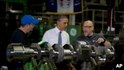 Presiden Barack Obama mengunjungi pabrik mesin bertenaga bensin milik General Electric di kota Waukesha, Wisconsin (30/1).