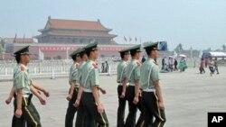 天安门广场上的武警(美国之音照片) Armed police on the Tiananmen Square(VOA photo)
