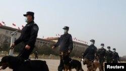 中國兩會期間警察在北京天安門廣場巡邏。 (2021年3月8日)