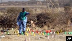 一名南非警察在鉑金礦的案發現場進行調查