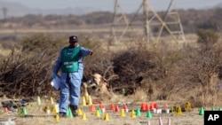 南非刑警调查向矿工开火现场