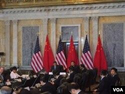 """美财长雅各布•卢在美国财政部举行的美中经济对话开幕式上致辞时说:""""我们的任务很明确。美中必须共同努力以确保有利于可持续的,能够创造就业,及利于发展的国际经济和金融环境。"""""""