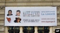 Gambar para tawanan Perancis yang diculik militan di Niger di atas spanduk yang dipasang di balai kota Paris. (Foto: Dok)