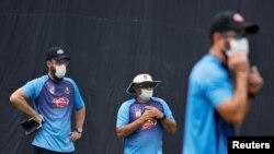 بھارتی دورے کے دوران بنگلہ دیش کرکٹ ٹیم کے کوچ دہلی میں ماسک پہن کر کھلاڑیوں کو پریکٹس کرا رہے ہیں