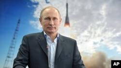 Tổng thống Nga Vladimir Putin lắng nghe video trực tiếp với Trạm Không gian Quốc tế từ Siberia.