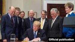 ABŞ prezidenti Donald Trump astronavtlarla