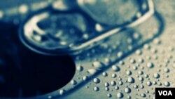 Minuman soda yang banyak mengandung kafein seperti ini membuat anak lebih beresiko mengompol di malam hari.