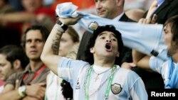 استقبال مارادونا از تیم ملی ارجنتاین در رقابت با تیم ملی هالند