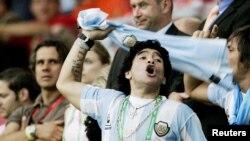 Diego Maradona được vinh danh là một trong hai cầu thủ vĩ đại nhất mọi thời đại