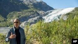El presidente Barack Obama habló con la prensa durante su caminata por el glaciar Exit en Seward, Alaska, el martes, 1 de septiembre de 2015.