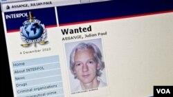 Julian Assange kini berada dalam tahanan di London atas tuduhan pelanggaran seksual, yang dilancarkan oleh pihak berwenang Swedia.